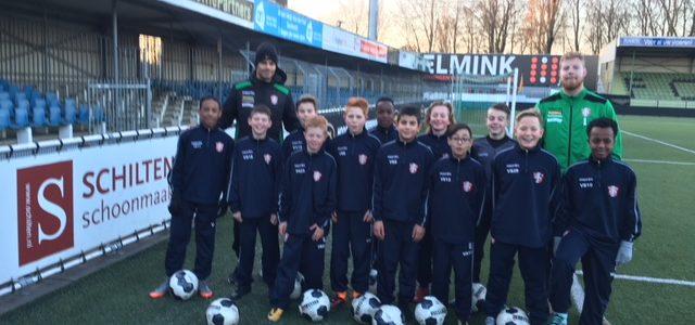 Mawoena Amevor en Nick Wolters verrassen spelers van de Voetbalschool door het geven van de training